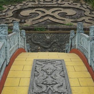 Überquere die Brücke in 7 Schritten, drehe dich drei Mal mit geschlossenen Augen, berühre den Drackenkopf = ein Leben voller Glück
